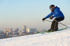 运动员跳台滑雪从跳板 免版税库存图片