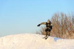 运动员跳台滑雪从跳板 免版税库存照片