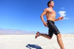 运动员连续体育运动-健身赛跑者在沙漠 免版税库存照片