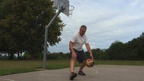 运动员通过腿实践一滴球 股票视频
