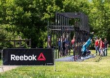 运动员队完成俯卧撑任务在接力赛的 莫斯科健身节日在公园 库存图片