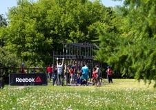 运动员队完成俯卧撑任务在接力赛的 莫斯科健身节日在公园 免版税库存照片