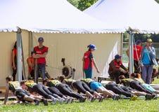 运动员队完成俯卧撑任务在接力赛的 莫斯科健身节日在公园 免版税库存图片