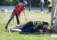 运动员队完成俯卧撑任务在接力赛的 莫斯科健身节日在公园 免版税图库摄影