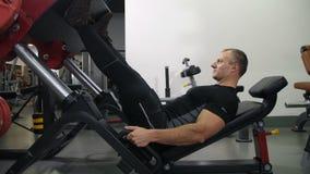 运动员震动他的在模拟器4K缓慢的Mo的腿 股票视频