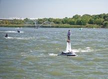 运动员飞行与一喷水从水mot的边 库存照片