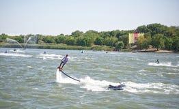 运动员飞行与一喷水从水mot的边 图库摄影