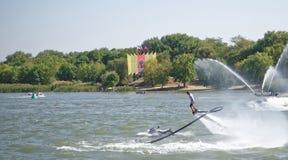 运动员飞行与一喷水从水mot的边 库存图片