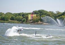 运动员飞行与一喷水从水mot的边 免版税库存图片