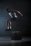 运动员给了锻炼 跳跃在箱子 阶段 免版税库存图片