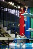 运动员从塔跳在竞争 库存图片