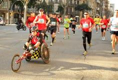 运动员巴塞罗那拥挤连续街道 免版税库存照片