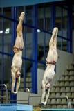 运动员从潜水塔跳在竞争 图库摄影