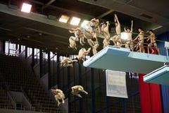 运动员从潜水塔跳 免版税库存照片