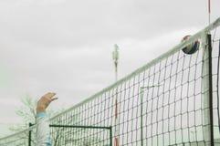 运动员攻击球竞争比赛受打击大的时候奥林匹克顶部胜利排球工作 图库摄影