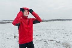 运动员画象在他的冬天连续训练期间的 库存照片