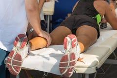 运动员` s在体育锻炼以后干涉按摩 免版税库存照片