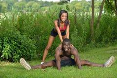 运动和适合的非裔美国人的夫妇-舒展 免版税库存照片