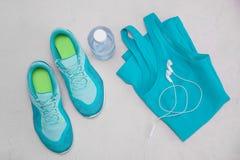 运动器材-跑鞋,智能手机 库存照片