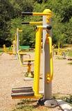 运动场在公园。 健身设备。 免版税库存照片