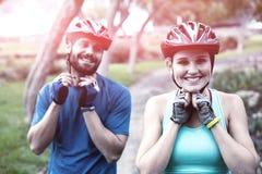 运动夫妇佩带的自行车盔甲 免版税库存照片