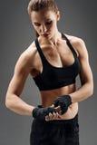 运动女孩佩带的有弹性体育绷带 免版税库存照片