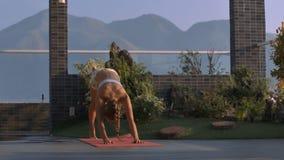 运动女孩做在屋顶大阳台的瑜伽锻炼 股票视频