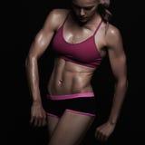 运动女孩 健身房概念 肌肉健身妇女,训练的女性身体 健康生活方式 库存照片