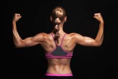 运动女孩 健身房概念 肌肉健身妇女,训练的女性身体 免版税库存图片