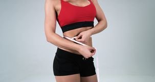 运动女性身体她测量与磁带腹部对白色背景的地方 4K 影视素材