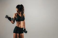 运动妇女举的镀铬物重量 免版税图库摄影