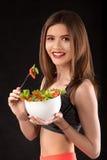 年轻运动妇女用沙拉 库存照片