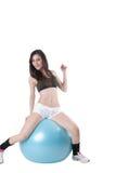 年轻运动妇女行使了与一个蓝色稳定球 免版税图库摄影