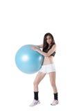 年轻运动妇女行使了与一个蓝色稳定球 免版税库存照片