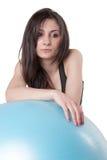年轻运动妇女行使了与一个蓝色稳定球 免版税库存图片