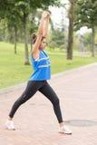 运动妇女训练和行使在公园,健康生活 库存照片
