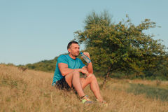 运动室外人的饮用水 免版税库存照片