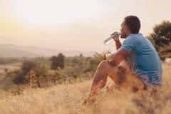 运动室外人的饮用水 免版税库存图片