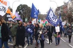 运动家通过布赖顿,抗议的英国前进反对对国营部门服务的计划的裁减 行军由B组织 图库摄影