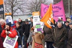 运动家通过布赖顿,抗议的英国前进反对对国营部门服务的计划的裁减 行军由B组织 免版税库存照片