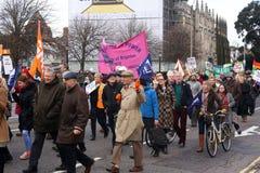 运动家通过布赖顿,抗议的英国前进反对对国营部门服务的计划的裁减 行军由B组织 库存照片