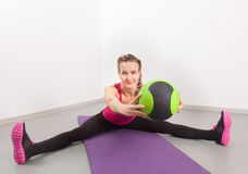 运动少妇在体操里的执行执行 图库摄影