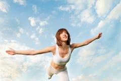 运动平衡的蓝色前天空妇女 免版税图库摄影