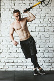 运动服的人行使在健身房的 免版税库存图片