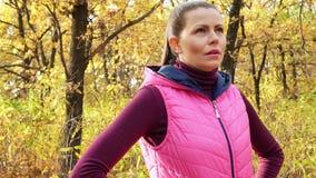 运动服的美丽的健身体育女孩在秋天公园 影视素材