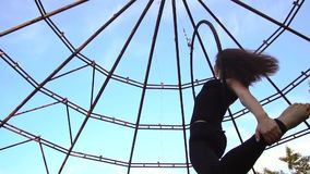 运动服的美丽的浅黑肤色的男人在天空中的做麻线,空中杂技 慢的行动 股票视频