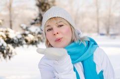 运动服的美丽的白肤金发的女孩送空气亲吻 免版税库存图片