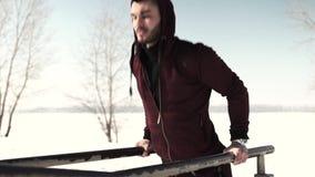 运动服的行使年轻运动的人户外 冬天健身锻炼 影视素材