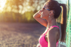 运动服的训练可爱的适合的妇女户外,有休息在锻炼,时尚以后的完善的身体的女运动员 库存照片