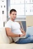 运动浏览的家庭互联网的人 库存图片